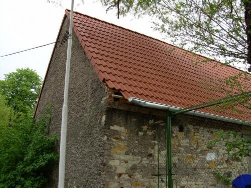 Poškozený roh střechy nastodole